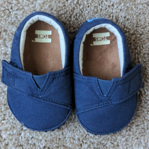 TOMs crib shoes navy canvas